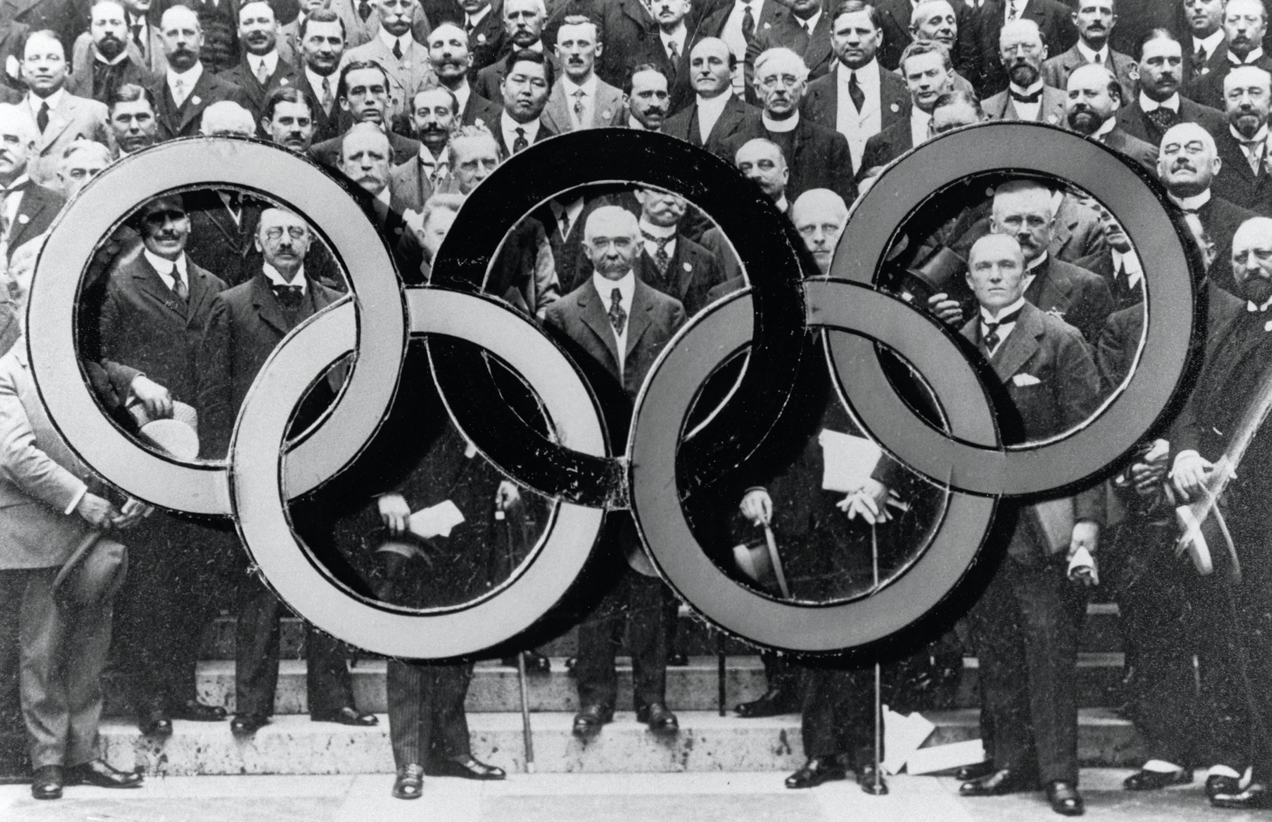17th IOC Session in Paris, 1914 - Group photograph of the participants. In the middle : Pierre de COUBERTIN, IOC Pdt.
