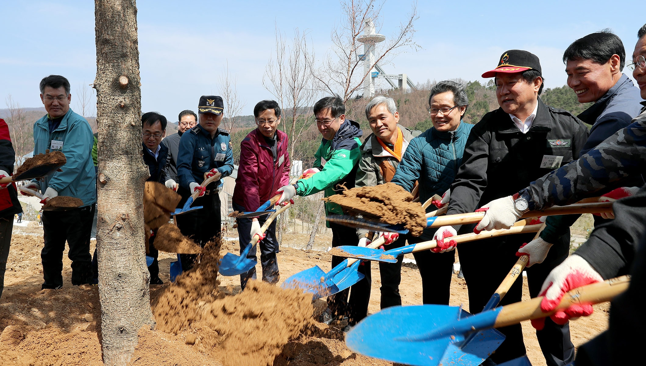 More than 300 people came together on April 7 in PyeongChang to celebrate Arbour Day by planting tree seedlings as part of the PyeongChang 2018 environment and sustainability efforts. The event took place at the Alpensia Sliding Centre, which will host the luge, skeleton and bobsleigh events at next year's Olympic Winter Games.